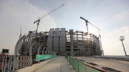 Suasana pembangunan Jakarta International Stadium (JIS) yang terletak di Papanggo, Jakarta Utara, Selasa (31/08/2021) sore WIB. PT Jakarta Propertindo (Jakpro) mencatat bahwa stadion yang diproyeksikan berkapasitas 82.000 penonton tersebut telah mencapai 69 persen. (Bola.com/Bagaskara Lazuardi)