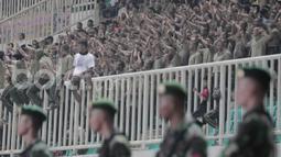 Sejumlah Suporter PS TNI yang mayoritas Tentara menyaksikan langsung laga PS TNI kontra PSM Makassar pada laga Liga 1 Indonesia di Stadion Pakansari, Bogor (15/05/2017). PS TNI menang 2-1. (Bola.com/M Iqbal Ichsan)