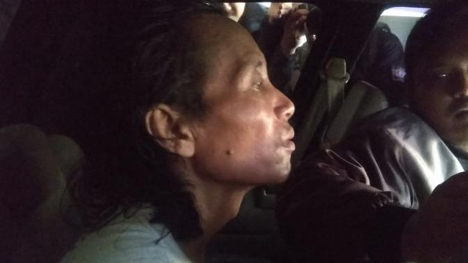 Pelaku mutilasi di Malang dibawa ke lokasi kejadian untuk mereka ulang peristiwa yang bikin gempar pedagang dan warga di Pasar Besar Malang (Liputan6.com/Zainul Arifin)