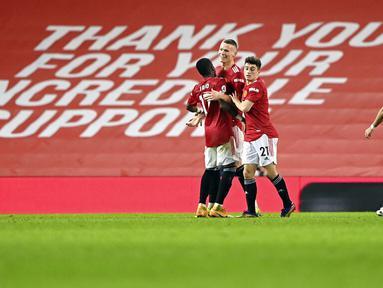 Pemain Manchester United, Scott McTominay, melakukan selebrasi usai mencetak gol ke gawang Southampton pada laga Liga Inggris di Stadion Old Trafford, Selasa (2/2/2021). Setan Merah menang dengan skor 9-0. (Laurence Griffiths/Pool via AP)