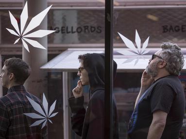 Sejumlah pria mengantre untuk masuk ke MedMen, salah satu dari dua toko pot daerah Los Angeles yang mulai menjual ganja di West Hollywood, California (2/1). (David McNew / Getty Images / AFP)