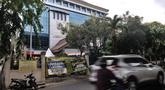 Kendaraan melintas di depan Kantor Kecamatan Kelapa Gading yang ditutup sementara, Jakarta, Senin (21/9/2020). Kantor Kecamatan Kelapa Gading ditutup sementara selama 3 hari hingga Rabu (23/9) mendatang, pasca meninggalnya Camat Kelapa Gading, M Harmawan akibat COVID-19. (merdeka.com/Iqbal Nugroho)