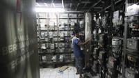 Pelanggan mengisi token listrik di Rusun Bendungan Hilir, Jakarta, Rabu (15/11). Pemerintah dan PT PLN (Persero) tengah menggodok penyederhanaan golongan pelanggan listrik rumah tangga. (Liputan6.com/Angga Yuniar)