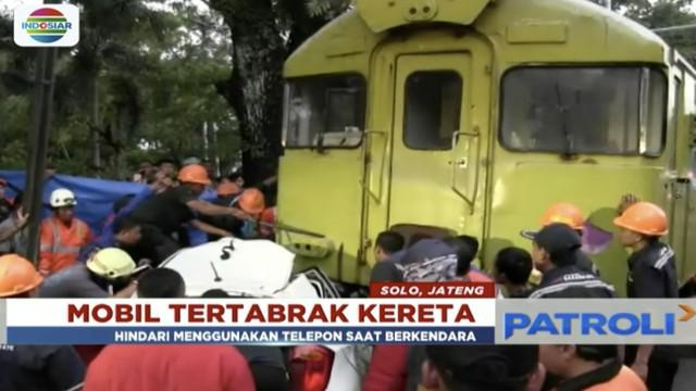 Tak sadar ada kereta melintas, sebuah mobil di Solo, Jawa Tengah, tertabrak kereta api Barata Kresna.