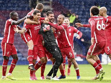 Para pemain Liverpool merayakan gol yang dicetak oleh Alisson Becker ke gawang West Bromwich Albion pada laga Liga Inggris di Stadion the Hawthorns, Minggu (16/5/2021). Liverpool menang dengan skor 2-1. (Laurence Griffiths/Pool via AP)