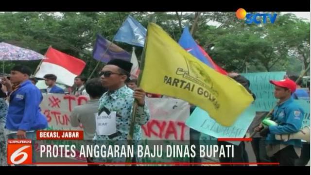 Puluhan  mahasiswa yang tergabung  dalam himpunan mahasiswa Kabupaten Bekasi, berunjuk rasa di depan kantor DPRD dan bupati Bekasi.