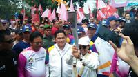 Menteri BUMN Rini Soemarno ikut berpartisipasi sukseskan kegiatan kirab obor Asian Games 2018 (Foto:Merdeka.com/Dwi Aditya Putra)