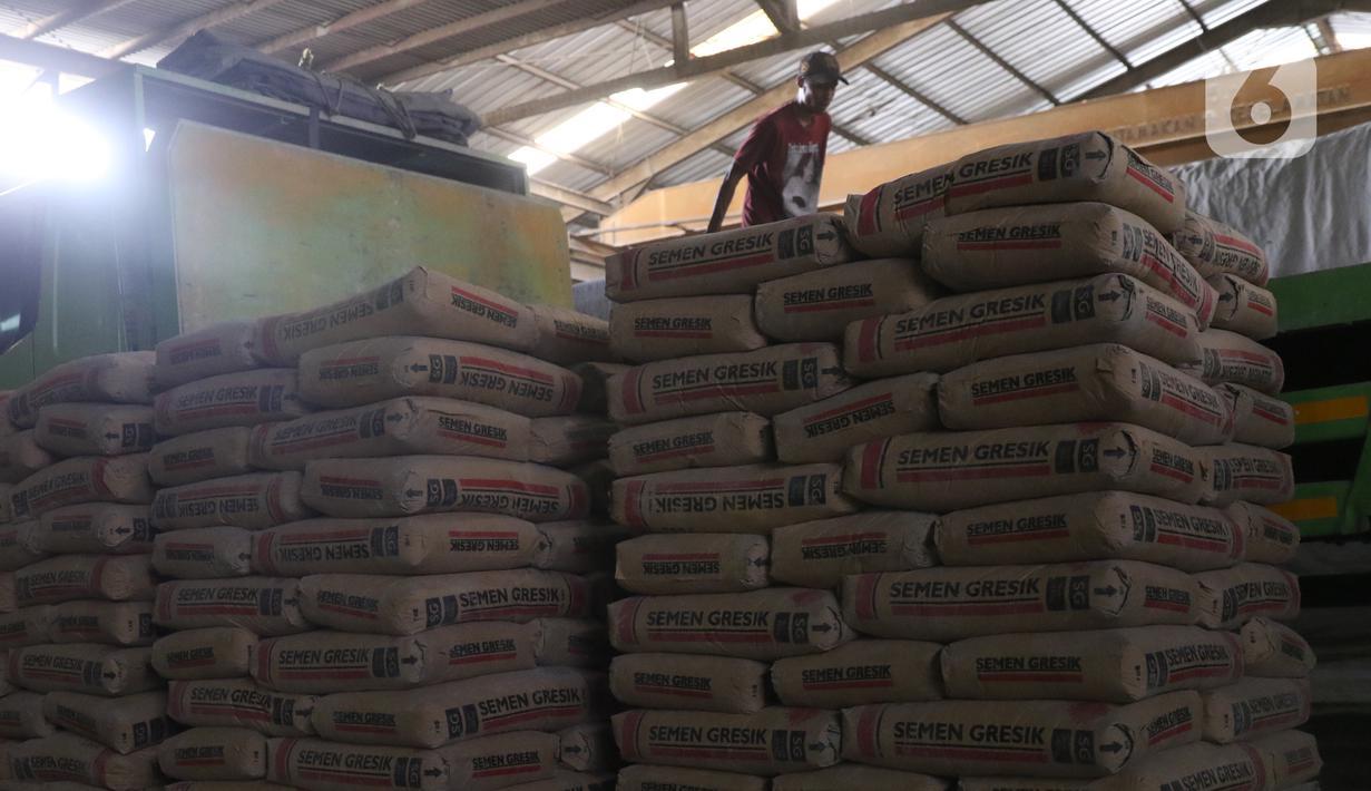 Pekerja tengah menata semen untuk dikirim di gudang penyimpanan semen di Jakarta, Selasa (1/12/2020). Perusahaan semen merasakan tekanan dampak pandemi Covid-19. Sejak awal tahun hingga Oktober 2020, pasar semen domestik mengalami kontraksi -9,7%. (Liputan6.com/Angga Yuniar)