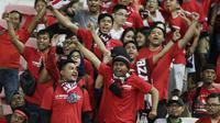 Suporter Timnas Indonesia memberikan dukungan saat melawan Singapura pada laga Piala AFF 2018 di Stadion Nasional, Singapura, Jumat (9/11). Singapura menang 1-0 atas Indonesia. (Bola.com/M. Iqbal Ichsan)