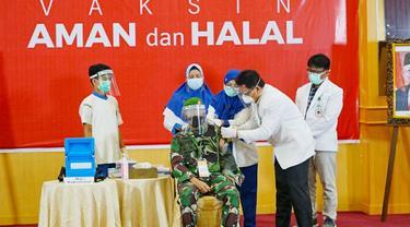 Danrem Wira Bima Bukit Barisan Brigjen TNI M Syech Ismed disuntik vaksin Covid-19.
