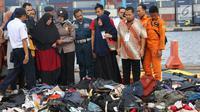 Keluarga korban jatuhnya pesawat Lion Air JT 610 dikawal petugas melihat barang-barang temuan di Pelabuhan JICT 2, Jakarta, Rabu (31/10). 189 orang menjadi korban jatuhnya pesawat Lion Air JT-610 pada Senin (29/10) lalu.(Www.sulawesita.com)