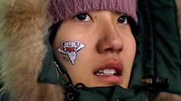 Ekspresi fans wanita Korea Selatan saat menunggu pertandingan men's moguls di Phoenix Snow Park di Olimpiade Musim Dingin 2018 di Pyeongchang, Korea Selatan, (12/2). (AP Photo / Kin Cheung)