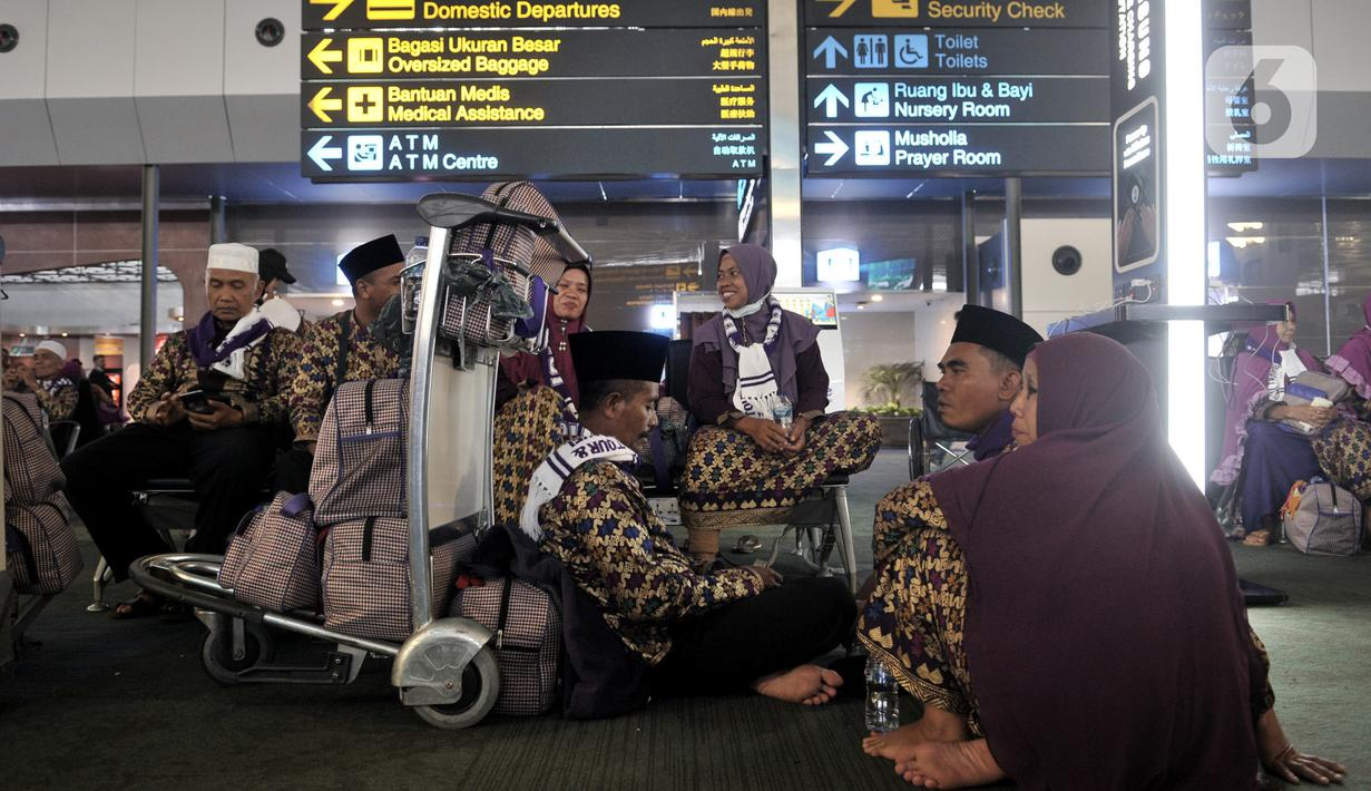 Calon Jemaah umrah menunggu kepastian di Terminal 3 Bandara Soekarno Hatta, Tangerang, Kamis (27/2/2020). Calon jemaah umrah telantar di Terminal 3 Soetta setelah pemerintah Arab Saudi menangguhkan seluruh kunjungan ke negara itu untuk mencegah penularaan virus corona. (merdeka.com/Iqbal Nugroho)