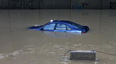 Sebuah mobil terendam banjir di terowongan di pinggiran selatan Beirut Ouzai, Lebanon (9/12/2019). Hujan deras membuat sejumlah rumah dan kendaraan di Lebanon terendam banjir dan melumpuhkan daerah-daerah dari ibukota Beirut, Lebanon. (AP Photo/Bilal Hussein)