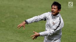 Pelatih Timnas Indonesia U-22, Indra Sjafri memberikan arahan saat latihan di Stadion Madya Senayan, Jakarta, Kamis (17/1). Latihan ini merupakan persiapan jelang Piala AFF U-22. (Bola.com/Yoppy Renato)