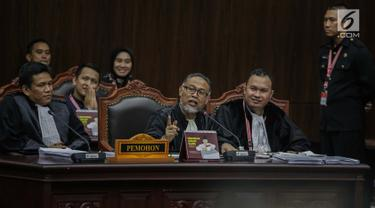 Ketua Tim Pengacara Paslon Prabowo Subianto-Sandiaga Uno, Bambang Widjojanto saat berdebat sengit dengan Anggota tim hukum Tim Kampanye Nasional (TKN) Luhut Pangaribuan saat sidang lanjutan PHPU untuk Pemilihan Presiden 2019 di Gedung MK, Jakarta, Selasa (18/6/2019). (Liputan6.com/Faizal Fanani)