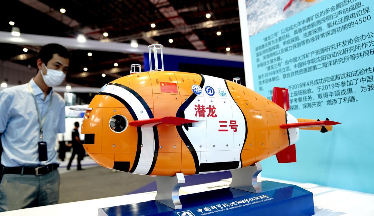 Model kapal selam Qianlong 3 di Pameran Industri Internasional China (China International Industry Fair/CIIF) ke-22 di Shanghai, China timur (15/9/2020). Ajang CIIF ke-22 digelar di Pusat Pameran dan Konvensi Nasional di Shanghai mulai Selasa (15/9). (Xinhua/Zhang Jiansong)
