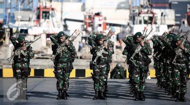 Satgas Pamtas RI-Papua Nugini Yonif Para Raider 330 Kostrad bersiap usai pelepasan di Kolinamil TNI AL, Jakarta, Senin (9/5). Sebanyak 450 tentara akan menjalankan misi pengamanan daerah perbatasan Indonesia-Papua Nugini. (Liputan6.com/Faizal Fanani)
