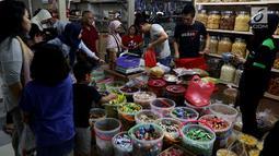 Sejumlah pembeli memilih kue kering di Pasar Mayestik, Jakarta Selatan, Senin (11/6). Separuh Ramadan dan jelang lebaran masyarakat mulai berburu kue kering. (Liputan6.com/Johan Tallo)