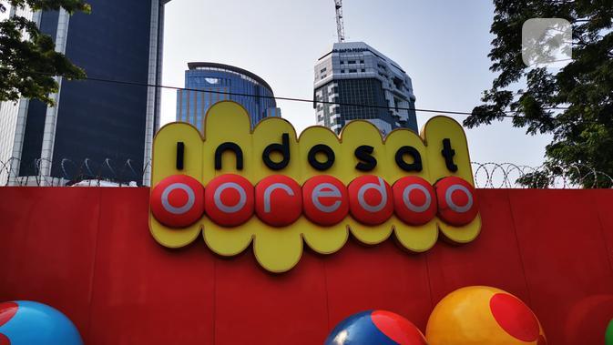 Logo Indosat Ooredoo di kantor pusatnya di Jakarta. Liputan6.com/Mochamad Wahyu Hidayat