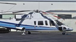 Tampak helikopter berjenis Sikorsky S-76B di Bandara Van Nuys, California pada (1/2/2018). Helikopter jenis tersebut merupakan helikopter yang membawa legenda NBA, Kobe Bryant. saat mengalami kecelakaan di Calabasas, California. (AP/Matt Hartman)