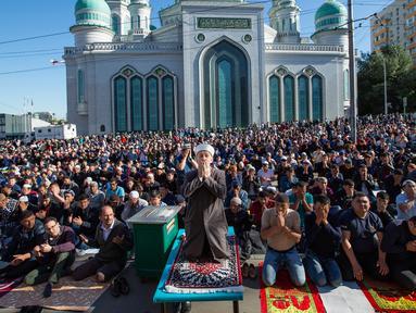 Umat muslim memanjatkan doa saat melaksanakan salat Idul Fitri di luar Masjid Katedral Moskow, Moskow, Rusia, Selasa (4/6/2019). Selain Rusia, sejumlah negara juga merayakan Hari Raya Idul Fitri hari ini. (AP Photo/Alexander Zemlianichenko)