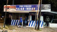 Bagian belakang pos polisi di Solo terbakar pada Jumat dini hari (24/5).(Liputan6.com/Fajar Abrori)
