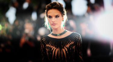 """Model Alessandra Ambrosio berpose saat ia tiba menghadiri pemutaran film """"BlacKkKlansman"""" selama Festival Film Cannes ke-71 di Prancis selatan (14/5). Model asal Brasil ini tampil seksi dengan deretan gaun seksi di acara tersebut. (AFP Photo/Venance Loic)"""