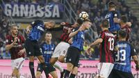 Bek Inter Milan, Skriniar, duel udara dengan striker AC Milan, Andre Silva, pada laga Serie A Italia di Stadion Giuseppe Meazza, Milan, Minggu (15/10/2017). Inter Milan menang 3-2 atas AC Milan. (AP/Antonio Calanni)