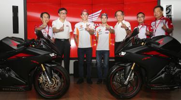 Pembalap MotoGP Marc Marquez (ketiga kiri) dan Dani Pedrosa (tengah) berfoto bersama jajaran direksi AHM dalam acara kampanye keselamatan berkendara di BSD, Tangerang Selatan (10/17).(Liputan6.com/Pool/Bon)