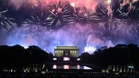 Kembang api menghiasi langit di atas Lincoln Memorial pada perayaan Hari Kemerdekaan Amerika Serikat atau dikenal sebagai Fourth of July di Washington, DC, Kamis (4/7/2019). Jutaan warga AS di seluruh dunia biasanya menggelar pesta besar untuk merayakan tanggal ini. (ANDREW CABALLERO-REYNOLDS/AFP)