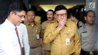 Mendagri Tjahjo Kumolo bersiap meninggalkan Gedung KPK, Jakarta, Senin (26/2). Tjahjo mengaku kedatangannya memenuhi undangan pimpinan KPK. (Liputan6.com/Helmi Fithriansyah)