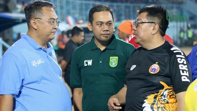 Ruddy Widodo (GM Arema), Candra Wahyudi (manajer Persebaya), dan Gede Widiade (Dirut Persija) di Stadion Kanjuruhan, Malang, Sabtu (29/9/2018). (Bola.com/Aditya Wany)