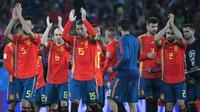 Para pemain Spanyol menyapa suporter usai melawan Maroko pada laga grup B Piala Dunia di Stadion Kaliningrad, Kaliningrad, Senin (25/6/2018). Kedua negara bermain imbang 2-2. (AFP/Patrick Hetrzog)