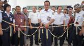 Direktur PT KAI Edi Sukmoro menggunting pita peresmian jembatan penghubung atau skybridge di Stasiun Batu Ceper, Tangerang, Kamis (18/7/2019). Jembatan penghubung ini untuk mengintegrasikan peron KRL Commuter Line dengan peron KA Bandara di Stasiun Batu Ceper. (Liputan6.com/Immanuel Antonius)