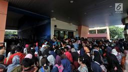 Pengunjung berdesakan di pintu masuk Ancol pada libur nasional Pilkada Serentak 2018 di Jakarta, Rabu (27/6). Pada program gratis masuk Ancol dalam rangka HUT Jakarta ini, antusias pengunjung mencapai 19.000 jiwa. (Merdeka.com/Iqbal S. Nugroho)