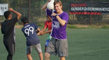 Charlie Crawford memberikan coaching clinic sepak bola untuk siswa-siswa sekaligus mempraktekkan kepada para pengajar sepak bola di Indonesia yang mengikuti pelatihan. (Liputan6.com/Huyogo Simbolon)