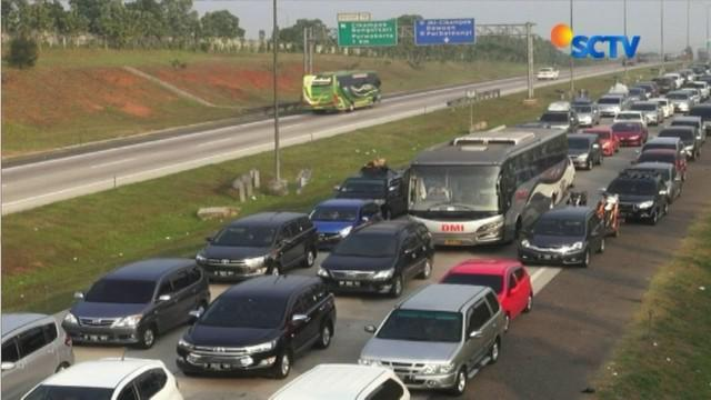 Ruas Tol Cipali wilayah Purwakarta, Jawa Barat, dari arah Jakarta menuju Cirebon mengalami kemacetan panjang. Antrean panjang kendaraan tersebut mencapai belasan kilometer, hingga kendaraan nyaris tak bergerak.