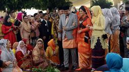 Kahiyang Ayu dan Bobby Nasution setibanya di lokasi pesta adat pernikahan mereka di Kompleks BHR-Tasbi, Medan, Jumat (24/11). Kahiyang tampil cantik berbalut kebaya oranye, sedangkan Bobby memakai setelan jas warna abu-abu (Liputan6.com/Pool/Media Center)