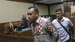 Terdakwa kasus korupsi E-KTP Irvanto Hendra Pambudi Cahyo usai menjalani sidang lanjutan di Pengadilan Tipikor, Jakarta, Selasa (23/10). Sidang beragendakan pemeriksaan terdakwa. (Liputan6.com/Herman Zakharia)