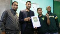 Hansamu Yama saat diperkenalkan secara resmi oleh Persebaya, Rabu (16/1/2019). (Bola.com/Aditya Wany)