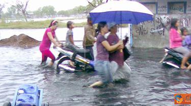 Citizen6, Jakarta: Banjir kembali melanda pemukiman warga Kamal Muara mulai dari pukul 17.00 WIB hingga kini (18/5) masih menggenangi daerah tersebut. (Pengirim: Januar Fadilah)