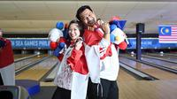Pasangan Ryan Lalisang dan Aldila Indryati berpose usai meraih medali emas SEA Games 2019 cabor bowling. (Dok. PB PBI)