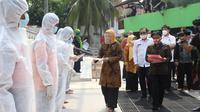 Menaker Ida Fauziyah saat menghadiri kegiatan Penyemprotan Disinfektan serta Pemberian Bantuan kepada Pekerja ter-PHK dan Dirumahkan di Pegangsaan, Jakarta Pusat, Jumat (26/6).
