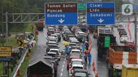 Sejumlah kendaraan berhenti di jalan tol Jagorawi menanti waktu buka tutup jalur menuju kawasan wisata puncak, Bogor, Jawa Barat, Sabtu (31/10/2020). Akhir pekan beriringan dengan libur panjang dimanfaatkan warga untuk mengunjungi lokasi-lokasi wiisata. (Liputan6.com/Helmi Fithriansyah)