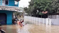 Hujan deras yang terjadi pada Senin, 26 Oktober 2020 sore hingga malam hari, ternyata membuat Sungai Cirarab meluap dan membanjiri puluhan rumah di Kampung Bitung, Desa Kadu Jaya, Kecamatan Curug, Kabupaten Tangerang.
