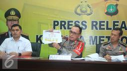 Kapolda Metro Jaya Irjen Pol Muh Iriawan (tengah) memperlihatkan struktur organisasi saat rilis barang bukti hasil operasi tangkap tangan (OTT) di Kemenhub kemarin, Jakarta, Rabu (12/10). (Liputan6.com/ Herman Zakharia)