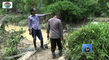 Puluhan kepala keluarga di Desa Semedo, Kabupaten Tegal, Jawa Tengah, masih terisolasi karena jembatan penghubung antar pedukuhan hanyut diterjang banjir bandang.