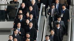 Suasana saat adik perempuan pemimpin Korea Utara Kim Jong-un, Kim Yo-jong tiba di Bandara Internasional Incheon, Korea Selatan, Jumat (9/2). Perempuan 30 tahun tersebut hadir sebagai delegasi tingkat tinggi negaranya. (AP Photo/Ahn Young-joon)