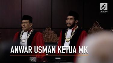 Hakim Konstitusi Anwar Usman dan Aswanto, hari ini diambil sumpahnya sebagai Ketua dan Wakil Ketua Mahkamah Konstitusi. Wakil Presiden Jusuf Kalla atau JK turut hadir dalam prosesi itu.
